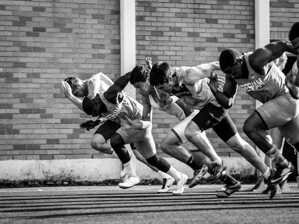 Grupo de deportistas para alcanzar la meta
