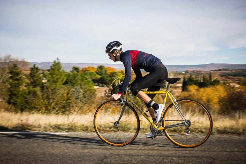hombre en bicicleta de carretera