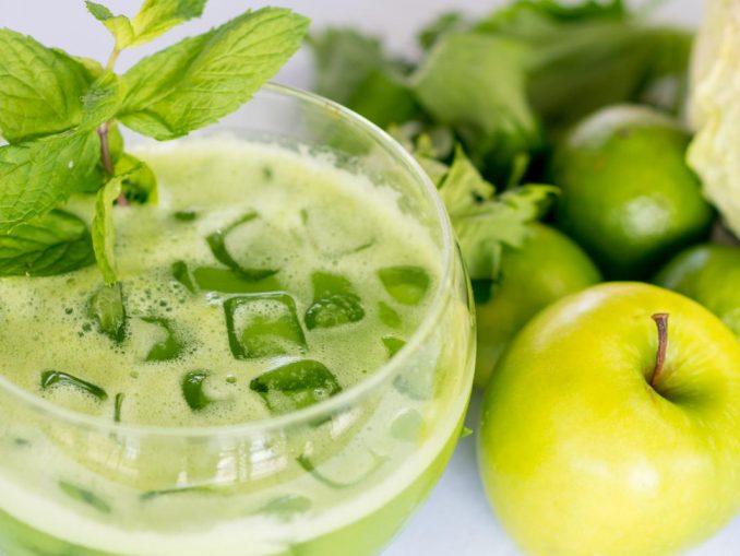 Cóctel detox verde con limón