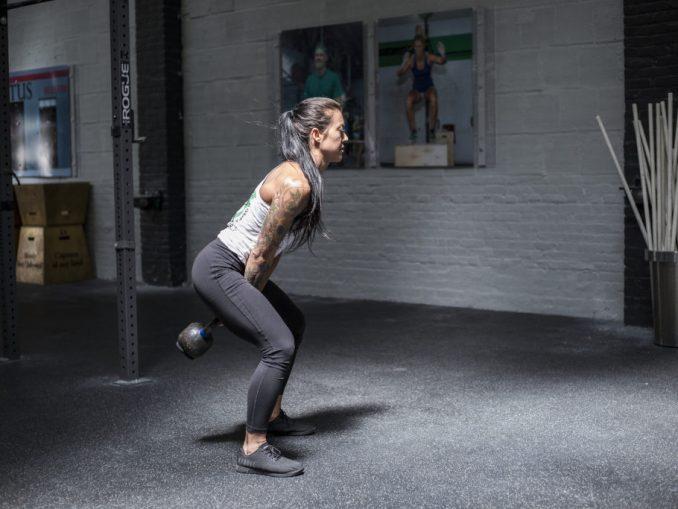 Cinco razones por las que las mujeres deben hacer ejercicio con pesas