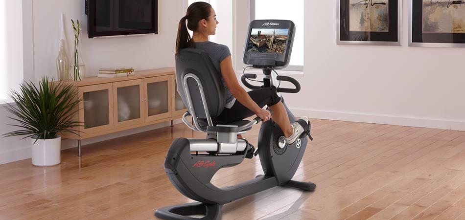 mujer-ejercitandose-en-bicicleta-horizontal