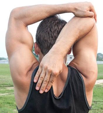 brazo por detras del cuello para estirar triceps