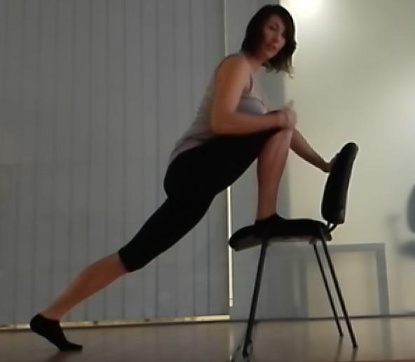 estiramientos-psoas-silla-pierna-elevada
