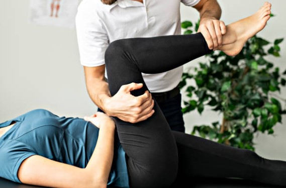fisioterapeuta-estirando-piramidal