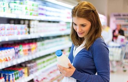 mujer-comprando-leche